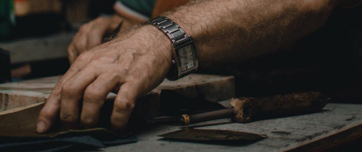 Dłon nad stołem w czasie pracy w warsztacie stolarskim