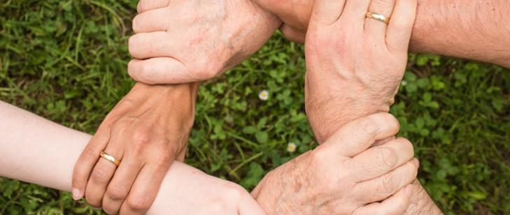Cztery splecione ręce, trzymające się wspólnie