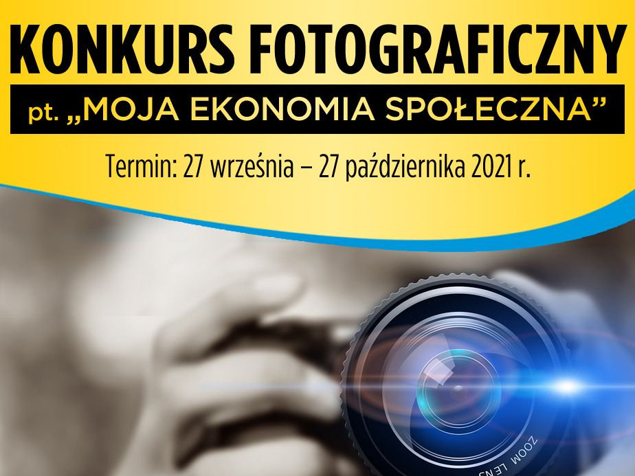 """Na zdjęciu tytuł konkursu fotograficznego """"moja ekonomia społeczna"""" wraz z terminem przesyłania prac od 27 września do 27 października 2017 roku oraz zbliżenie na obiektyw aparatu fotograficznego. jest on trzymany w dłoniach, które są w tle."""